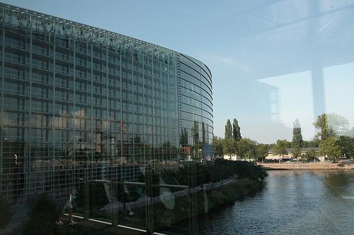 La Façade du Parlement européen n'est pas un paillasson!
